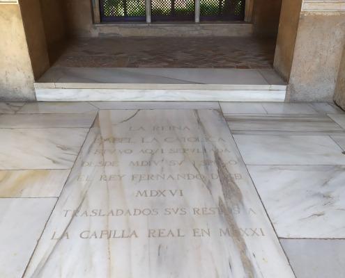 Lapida conmemorativa de la tumba de los Reyes católicos en el Parador