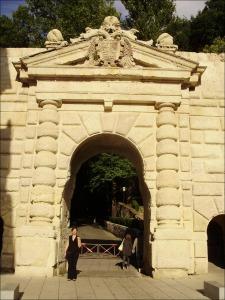 Puerta de las Granadas en la cuesta de Gomerez Acceso peatonal a la Alhambra: el mejor modo de llegar al monumento