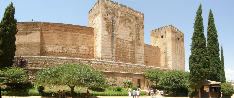Torres de la Alcazaba desde la Plaza de los Aljibes