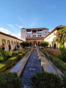 Patio de la Acequia y al Fondo la Fachada de la Sala Regia en el Palacio del Generalife
