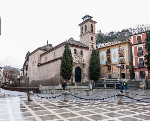 Plaza Nueva, la Iglesia de Santa Ana junto a la oficina de información turística