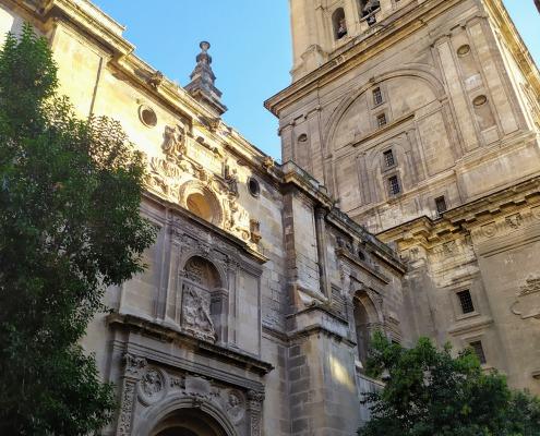 Puerta de San Jerónimo y la Torre de la Catedral de Granada.